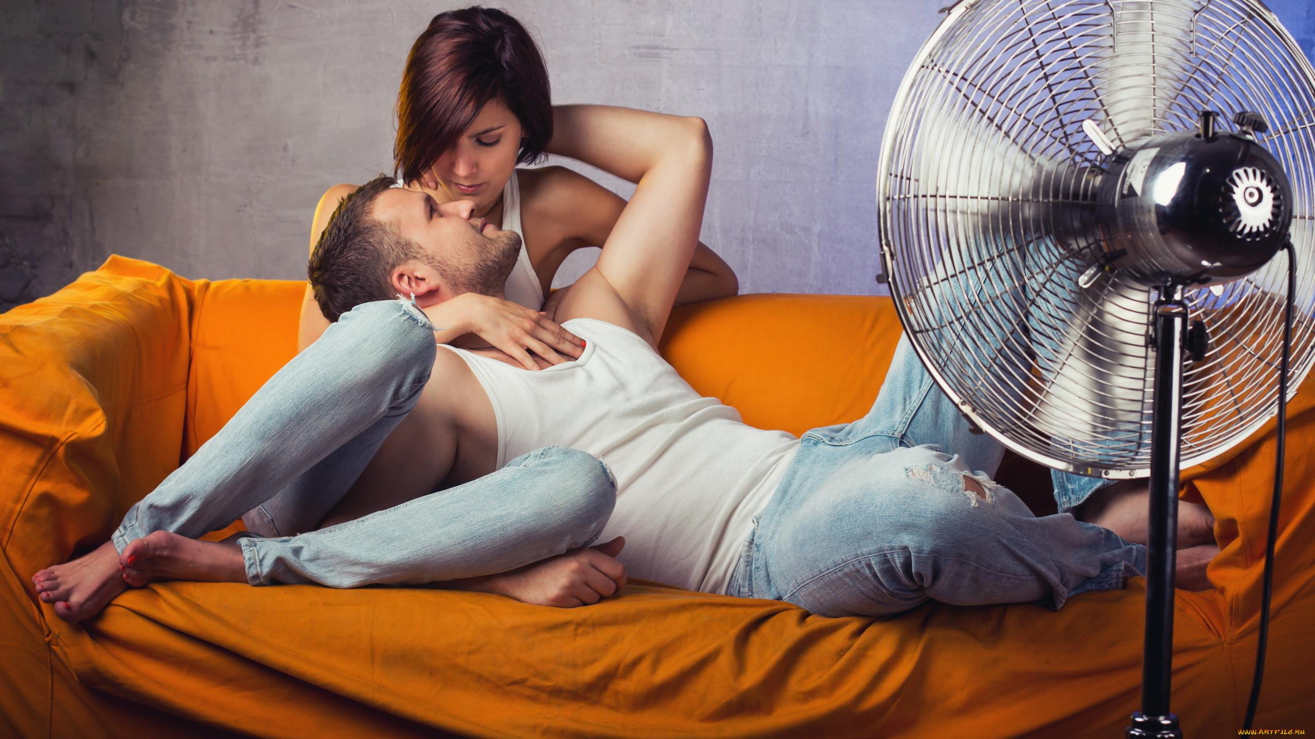 Фото парень с девушкой сидят на диване 19 фотография